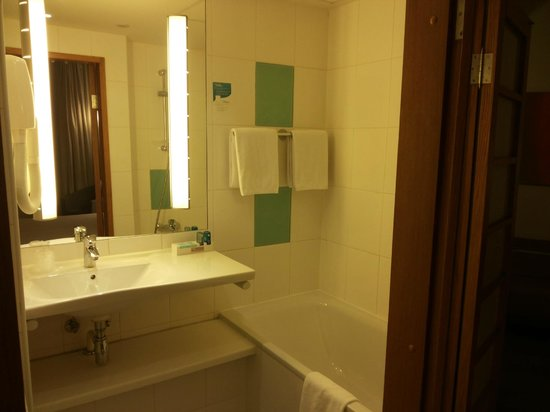 Novotel St. Petersburg Centre : a second shower - not visible - is also available