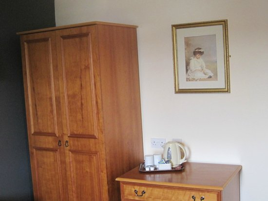 The Gables Hotel: bedroom