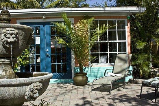 Calypso Inn: Courtyard