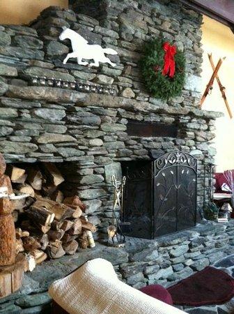 White Horse Inn: Fireplace in the Living Room