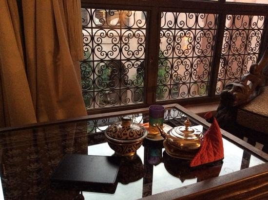 Riad Noir d'Ivoire: Reading my kindle at the suite living room with Morrocan mint tea abd the complimentary nuts and