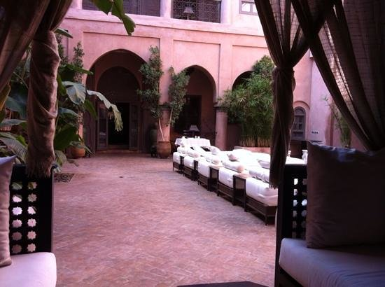 Riad Noir d'Ivoire: We were welcomed in this little corner at the common area. Lovely.