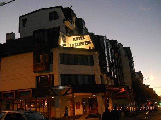 NH Bariloche Edelweiss: vista del hotel desde la vereda de enfrente