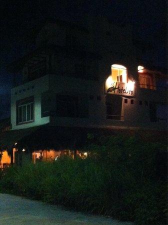 Ko'ox El Hotelito Beach Hotel: Fachada del hotel desde el malecón