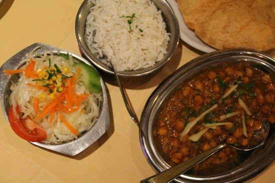 Indisches Restaurant Maharadscha: Kichererbsen mit Reis, Batoora Brot und Salat