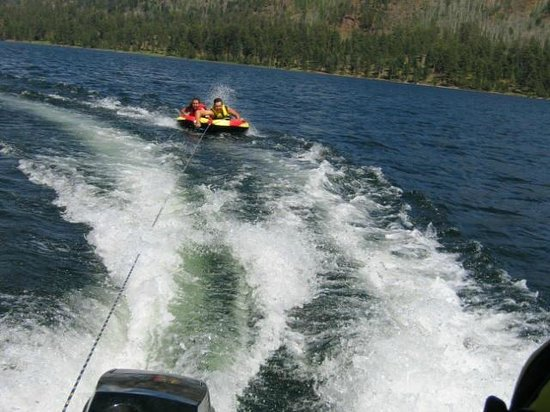 Eagle's Nest Cabins & Homes: Tubing on lake
