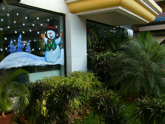 Hotel Colva Kinara : Новый год для отдыхающих. Снеговик на окне отеля.