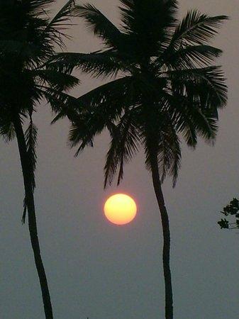Hotel Colva Kinara : Пляж. Здесь такой закат. Туристы и местные приходят полюбоваться им