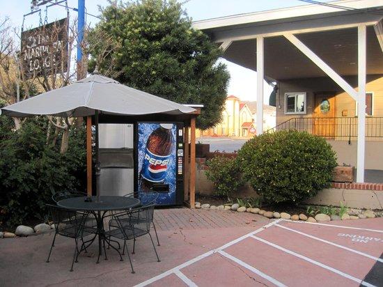 Mariposa Lodge : Vending machine/outdoor seating