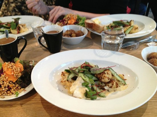 Smak Malmo Konsthall: Our main dishes with salads and potatoes. So delicious!