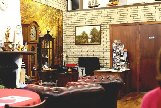 هوتل باركلاين: salon para descanso y breakfast