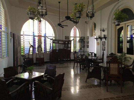 Hotel Majapahit Surabaya managed by AccorHotels : Raucherlounge