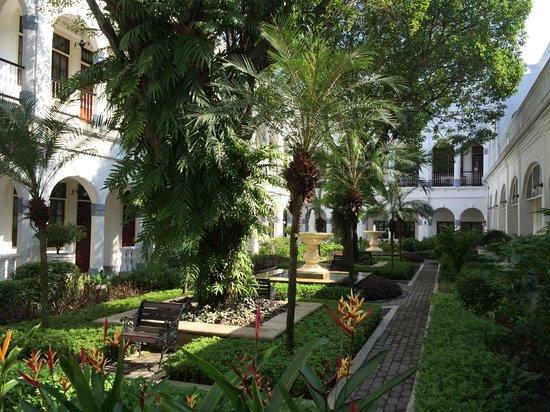 Hotel Majapahit Surabaya managed by AccorHotels : Garten