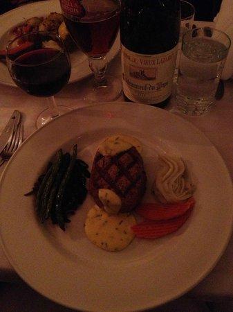 Chez Henri: Filet Mignon avec Sauce Bernaise... fantastic!
