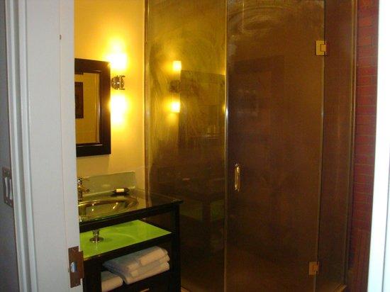 Sterling Inn & Spa: steam shower in standard room