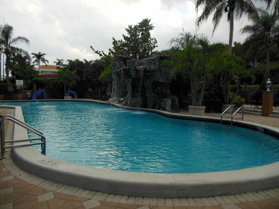 Embassy Suites by Hilton Fort Lauderdale 17th Street : Outdoor Heated Pool & Waterfall