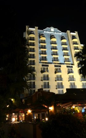 Embassy Suites by Hilton Fort Lauderdale 17th Street : Hotel & Grounds at night