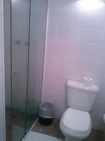 Delphin Hotel Guaruja: Banheiro do apto 283