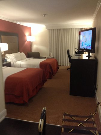 Holiday Inn Tyler-South Broadway: Spacious by the entrance.  Nice chair but lamp was too high and not bright