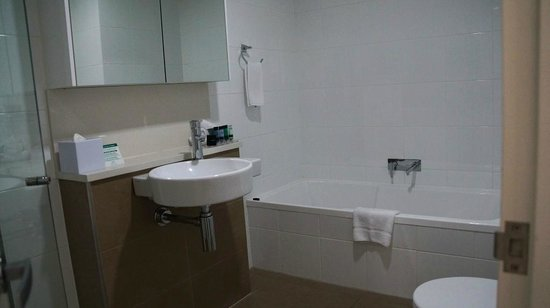 Meriton Serviced Apartments Aqua Street, Southport: Bathroom - large with separate bath and shower