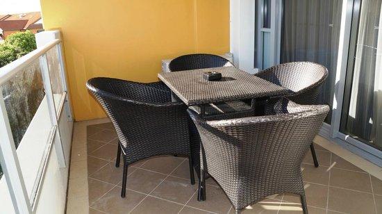 Meriton Serviced Apartments Aqua Street, Southport: Balcony area outside main bedroom
