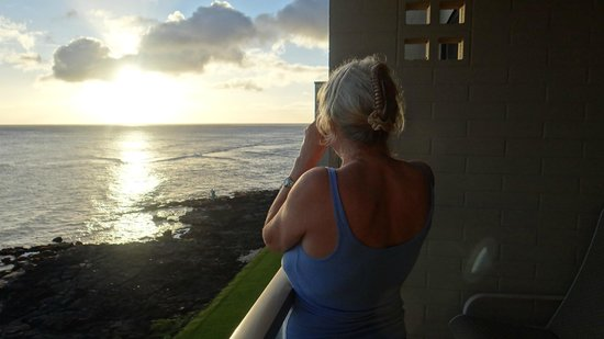 Kuhio Shores Condos : waiting for sunset