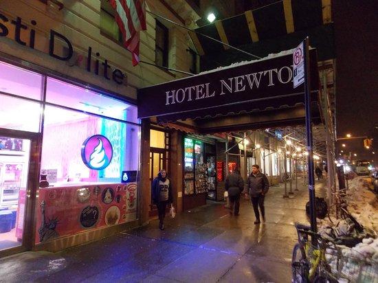 Hotel Newton: Entrada