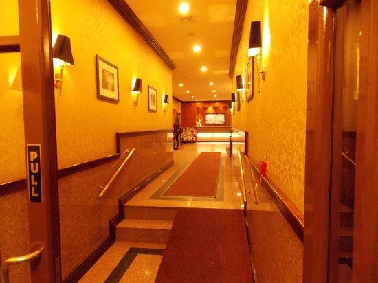 Hotel Newton: Corredor para o chek-in.