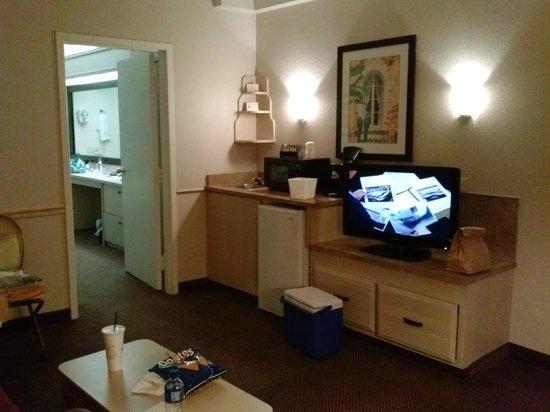 Baymont Inn & Suites Tampa Near Busch Gardens: Front room