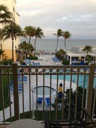 Highland Beach, FL: Pool & ocean view from room
