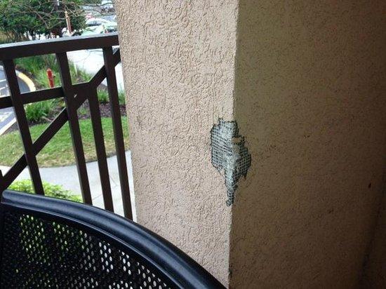Wyndham Bonnet Creek Resort: Broken stucco on patio