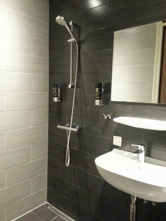 Hotel Mosaic City Centre: Bathroom with open shower
