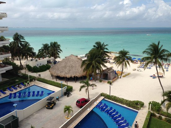 Ixchel Beach Hotel: Our view of the pool area and the beautiful North Beach