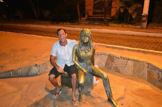 Brigitte Bardot Statue : Nos matamos de risa con Brigitte!!