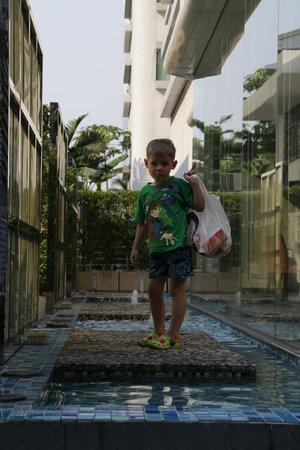 Dream Bangkok: Сын возле второго корпуса Отеля