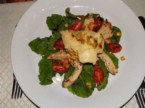 La Mision : Ensalada de rúcula c/laminas de pollo al oregano, panceta, choclo, hongos y tomastes confitados