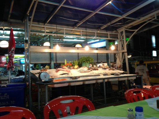 Red Boat Restaurant: Fresh seafood on ice that is cooked to order