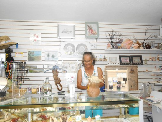 Paradise Cove Beach Resort: Barry's Mom in the gift shop