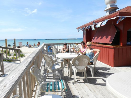 Paradise Cove Beach Resort: Imbibing in an adult beverage at Dead Man's Reef