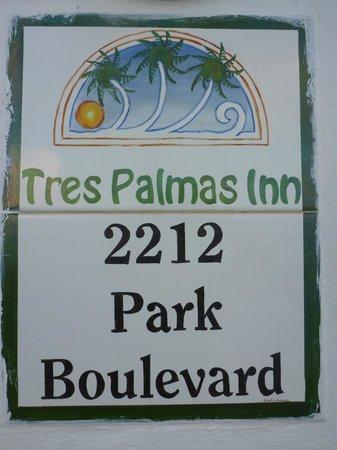 Tres Palmas Inn: Sign at property entrance