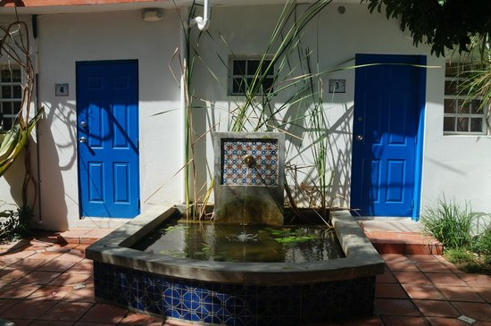 Tres Palmas Inn: Court yard with fountain, room on each side