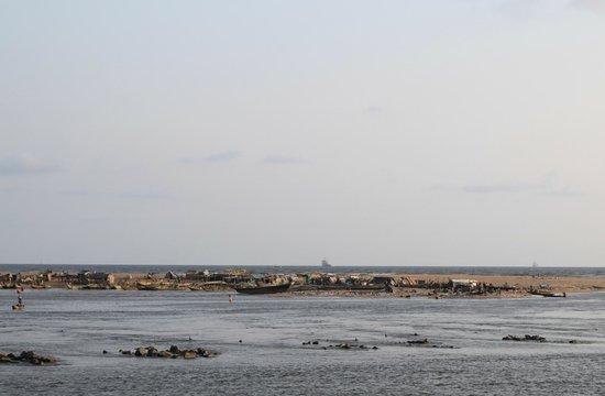Hotel du Lac : vue sur la petite ile avec maisons de pécheurs en entrée du port