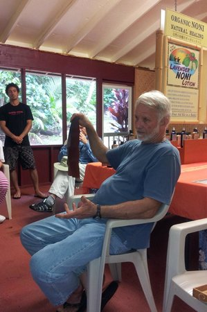 Kaakaaniu Plantation Tours : Steve & Dylan explaining the Noni leather