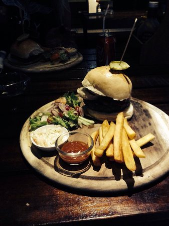 Reef Sports Bar & Restaurant: Smokey burger