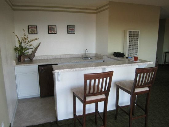 La Jolla Cove Hotel & Suites: Wet bar with mini refrigerator