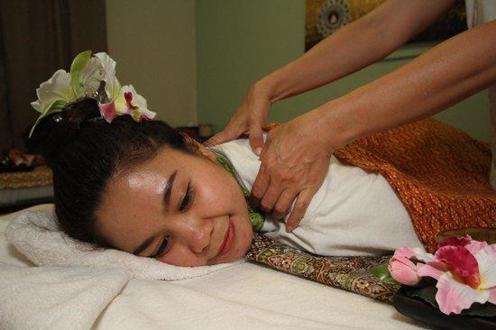 SaraDar Thai Massage & Art Gallery: Receiving a massage