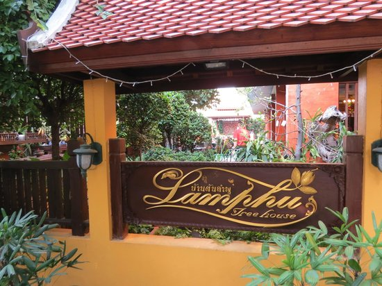 Lamphu Tree House: Derrière l'affiche de l'hôtel, la cour intérieure, terrasse et piscine.
