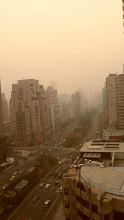 Pearl Hotel: Smoggy Shanghai from the room (3 days before airpocalypse)