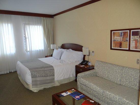 Hotel Dann Carlton Bogota: Cama enorme y muy cómoda