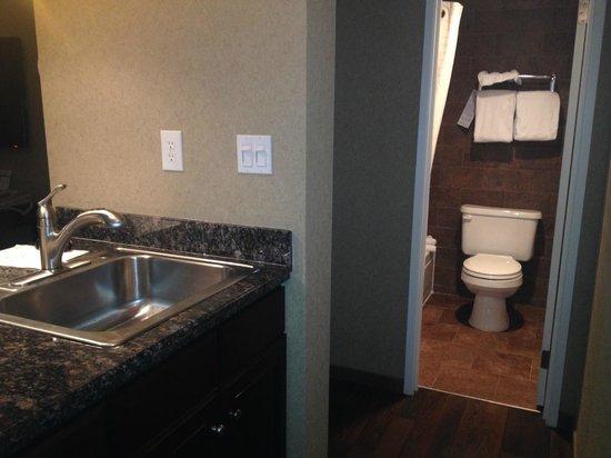 Best Western InnSuites Yuma Mall Hotel & Suites: Bathroom off of kitchen